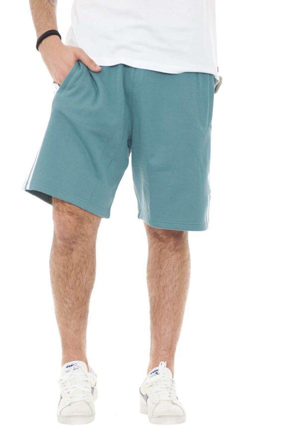 Un icona evergreen della collezione Adidas, il pantaloncino tre stripes, aggiornato con il logo del Brand con effetto ombrè 3D. Il capo comodo e casual che serve sempre, per un tocco street al tuo guardaroba.