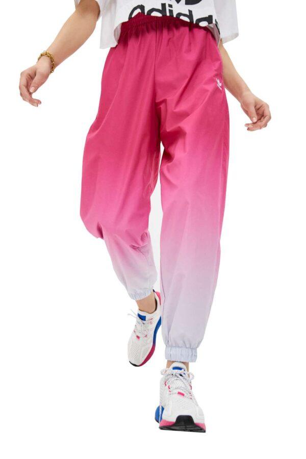 Un pantalone dallo stile urban chic, iconico e trendy, il TRACK PANTS ADICOLOR TREFOIL 3D di Adidas. Da abbinare a t shirt cropped, o semplici, e una sneaker, per outfit casual e metropolitani. Per un total look all'avanguardia.