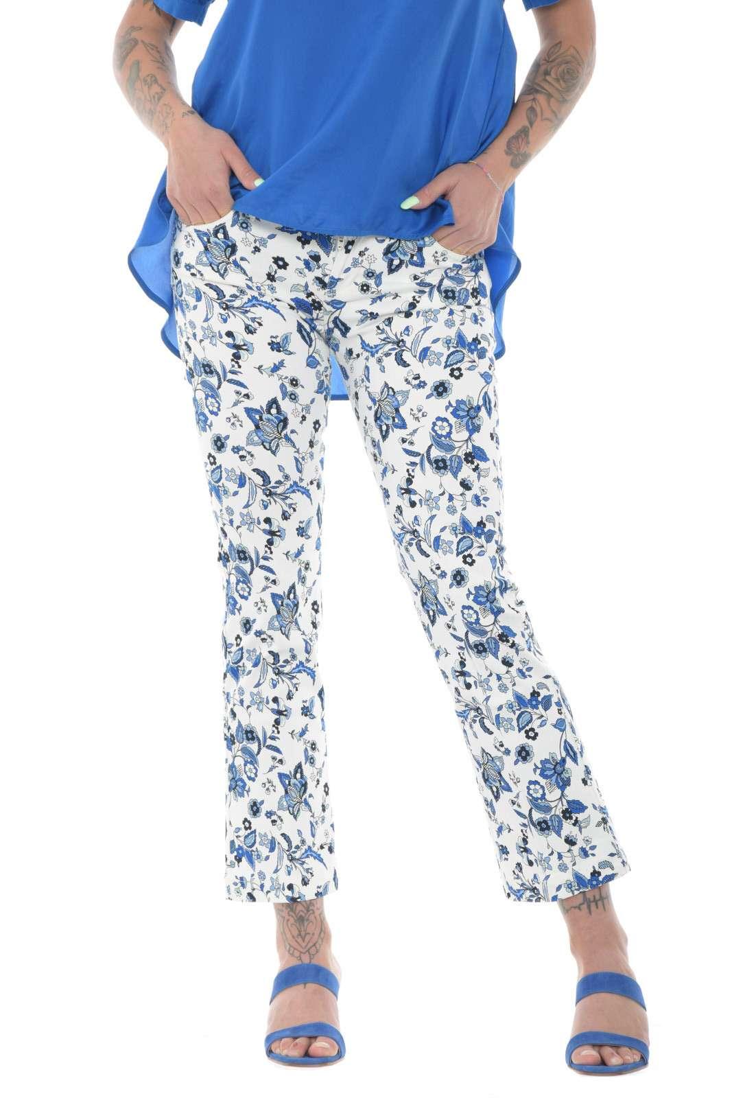 Un jeans semplice e femminile, quello firmato Liu Jo, per la donna che ama look estivi raffinati e vivaci. Caratterizzato da una fantasia floreale che lo ricopre interamente, questo jeans si abbinerà perfettamente a bluse o t shirt accese e colorate, rendendo glamour ogni outfit.