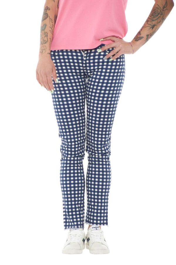 Semplice e versatile, questo pantalone modello jeans di Liu Jo ti conquisterà! L'ideale da indossare per la tua routine, dove abbinato ad una t shirt, anche basic, regalerà un look curato e impeccabile.