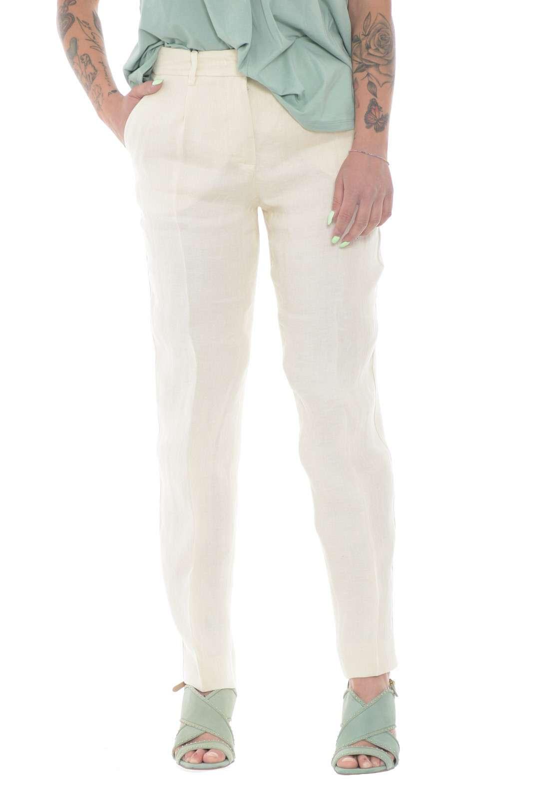 Il pantalone per eccellenza in tela di lino quello firmato per la collezione primavera estate di Weekend MaxMara. Da abbinare con ogni look, si impone con la sua linea femminile e fresca. Un evergreen della bella stagione con le esclusive tasche a filo e le pinces sul davanti.