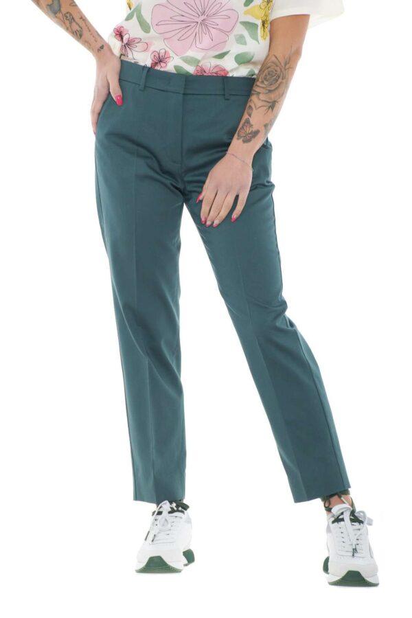 Scopri i nuovi pantaloni a sigaretta proposti dalla collection donna Weekend Max Mara. Un grande classico rivisitato con taglio crop e nuance tutte da scoprire. Ideale sia con giacche che con bluse, è un capo versatile ed essenziale.