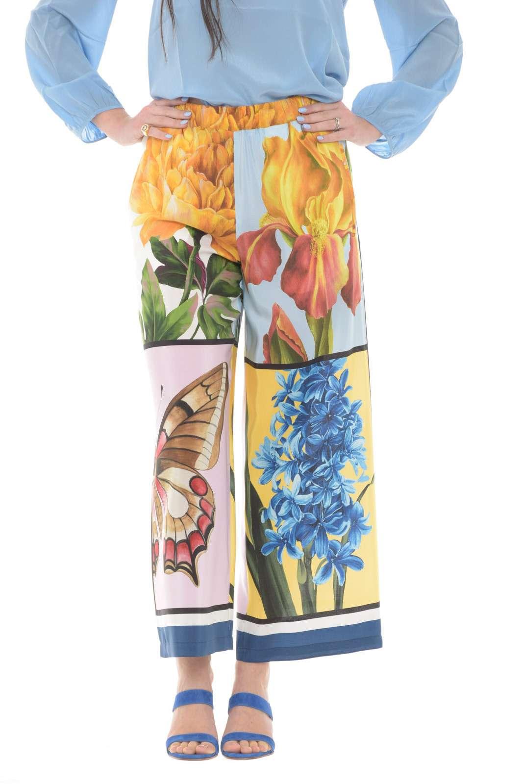 Irresistibile il pantalone in seta firmato Weekend MaxMara. Una delicata fantasia floreale si impone su un capo dalla vestibilità morbida con taglio a palazzo crop. Da abbinare ad una camicia o un top fa innamorare con la sua versatilità.