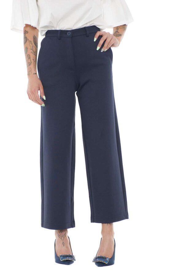 Scopri i nuovi pantaloni Weekend Max Mara ed il loro esclusivo taglio a palazzo crop. Il tessuto stretch e la vita alta donano il massimo del comfort ed impreziosiscono la silhouettes. Da abbinare con camicie o con top, risolvono ogni look con eleganza.