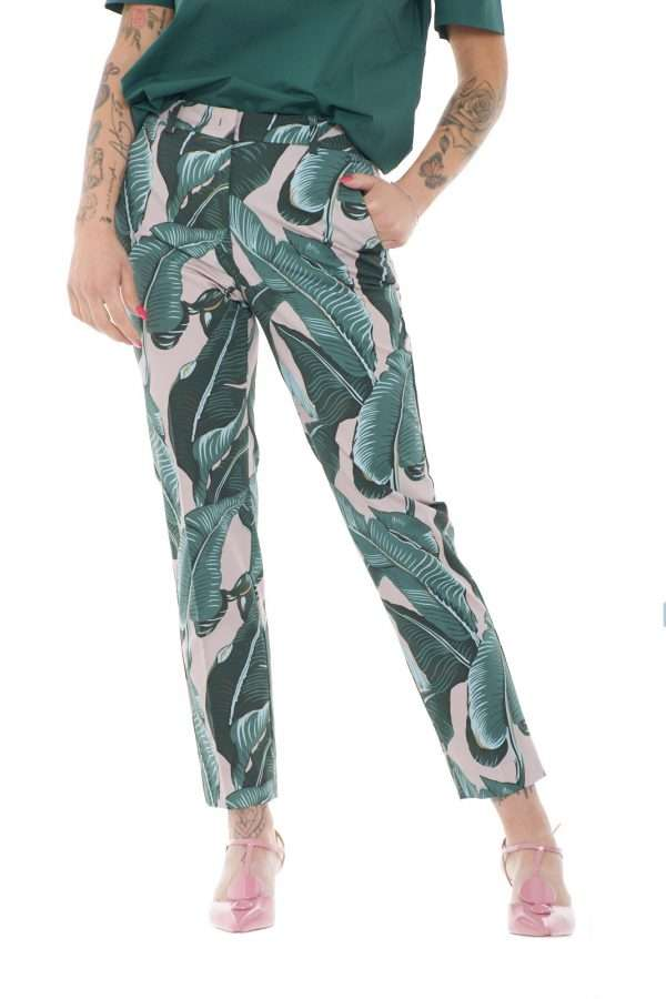Un pantalone dal taglio classico con l'irriverenza di una glamour fantasia floreale per la collezione donna Weekend Max Mara. Da indossare con bluse o giacche, risolve sia i look formali che non, versatile e affascinante, si impone come capo essential della bella stagione. Il taglio a sigaretta e il tessuto stretch sono un must.