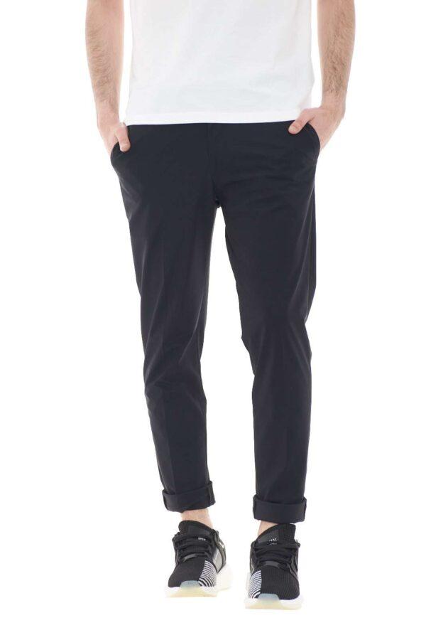Un pantalone elegante, classico, pensato per coniugare insieme stile e comfort. Realizzato in uno speciale tessuto in lycra, risulterà morbido una volta indossato, e garantirà anche un incredibile traspirabilità. Per l'uomo che ama i compromessi.