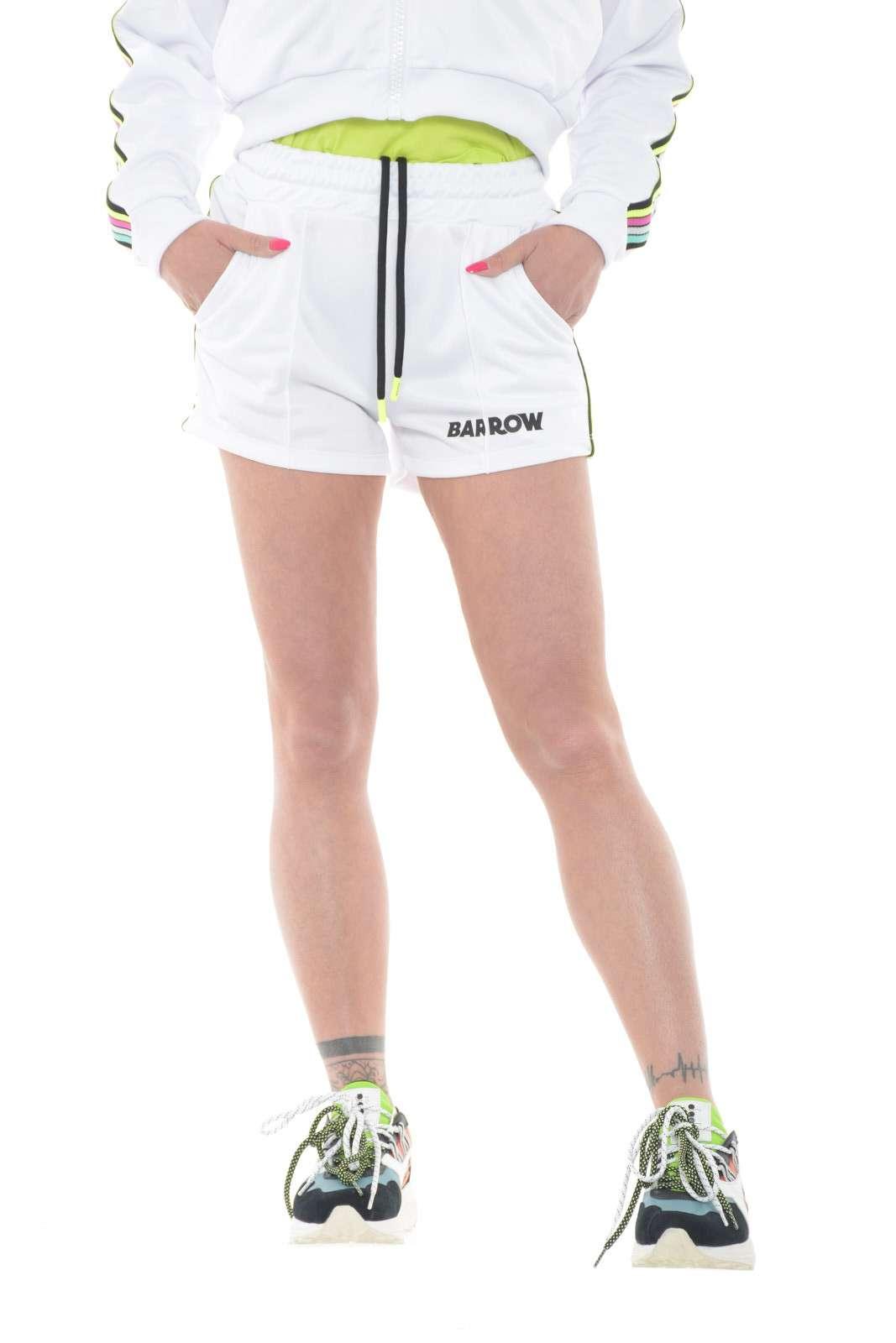 Per un look estivo e frizzante, Barrow propone uno shorts dal gusto street. La piega centrale cucita e le bande laterali multicolore lo rendono unico e irriverente. Con una sneakers chunky risolve gli outfit più estremi.