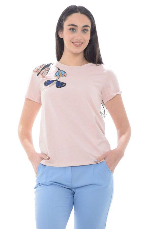 Una t shirt dal lo stile delicato e femminile, perfetta per la donna che ama capi raffinati e classici. I ricami in tessuto a forma di farfalla regalano un tocco unico, per una maglia che risulterà adatta per ogni evenienza. Un must have per la tua Primavera eEstate.