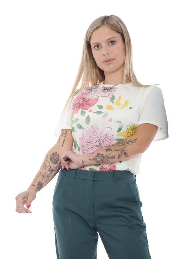 Una blusa dal gusto di una T shirt quella proposta dalla new collection Weekend MaxMara. Lo stile unico del brand si presenta con una delicata fantasia floreale perfetta da abbinare sia con look formali che non. Una vera icona senza tempo.