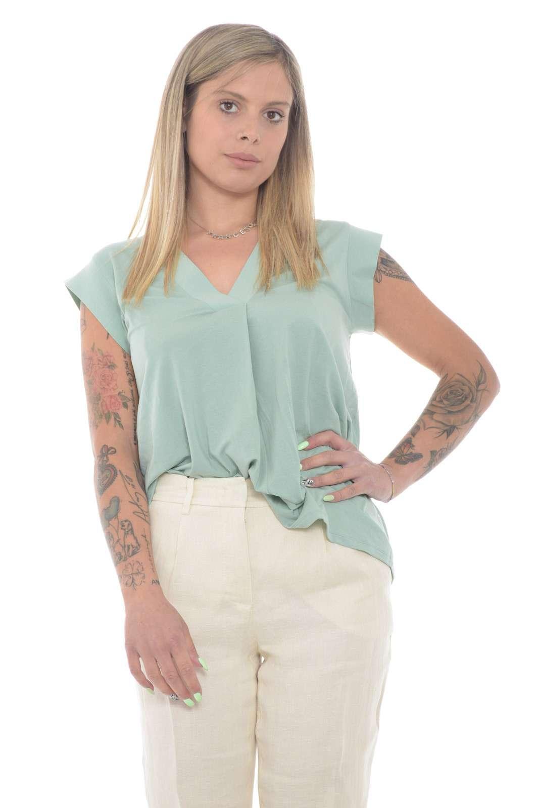 Basic e pratica, la blusa donna proposta da Weekend MaxMara unisce tutti i gusti. Da indossare sia con jeans che con pantaloni, è resa iconica dallo scollo a v e dalla plissettatura sul davanti. Un capo essenziale per ogni look, è un must have.