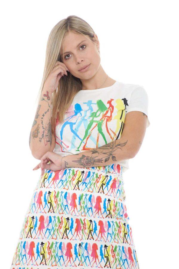 Una T shirt dedicata agli outfit più particolari quella proposta dalla nuova collezione Weekend MaxMara. Da indossare con jeans, pantaloni e gonne completa tutti i look. Un essential della moda donna dall'esclusivo jersey di cotone.