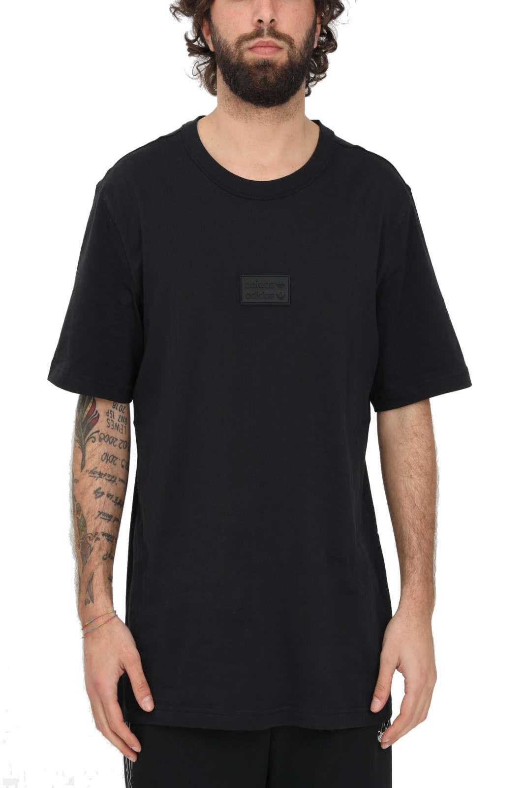 Una t shirt semplice ed essenziale firmata Adidas, perfetta per look quotidiani casual e iconici. Impreziosita da un badge gommato sul petto, renderà street ogni outfit. Perfetta da abbinare a sneakers e bermuda.