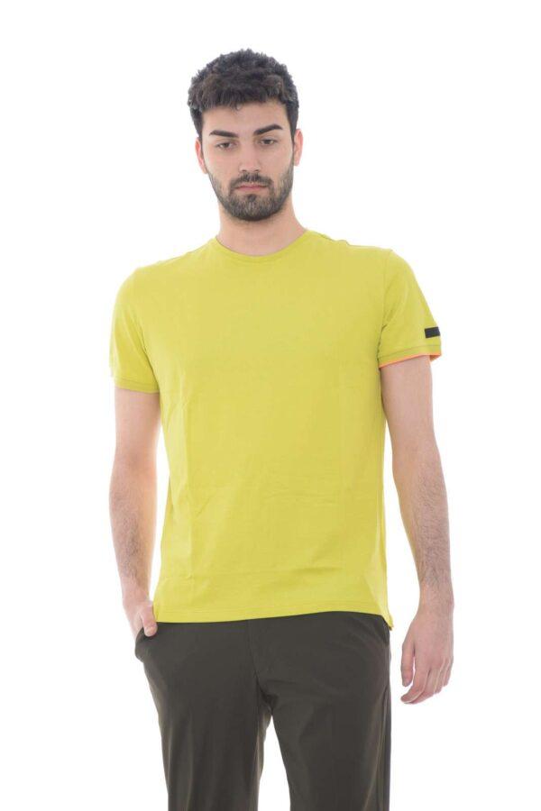 Una t shirt in jersey di cotone, dallo stile semplice e giovanile, perfetto per outfit primaverili sempre fashion. Presente in numerose varianti di colori, renderà iconico ogni abbinamento, dal jeans al bermuda, per un'aspetto sempre esclusivo.