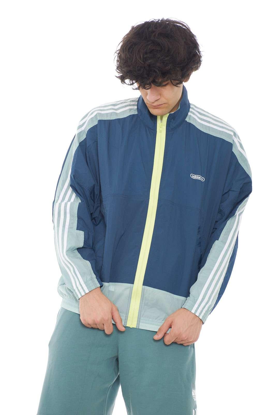 Una giacca all'avanguardia, per l'uomo che ama capi mai banali, il modello LIGHTWEIGHT proposto da Adidas per la tua primavera estate. Perfetta per le occasioni più casual, la routine, ma anche le attività sportive.