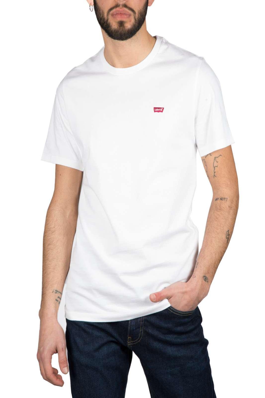 Minimal ed iconica la T shirt proposta per la collezione primavera estate di Levi's. Da indossare con i look più informali prende carattere sia con un bermuda che con un jeans. Un capo essenziale della bella stagione per unire stile e comodità.