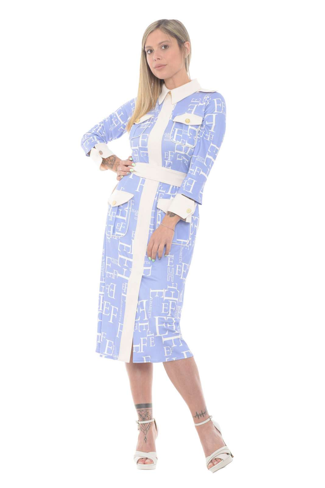 Un capo esclusivo, ricco di dettagli unici, quello proposto da Elisabetta Franchi per la sua nuova collezione. Da indossare per le tue occasioni più formali, dove una borsa e un tacco renderà di tendenza ogni look.