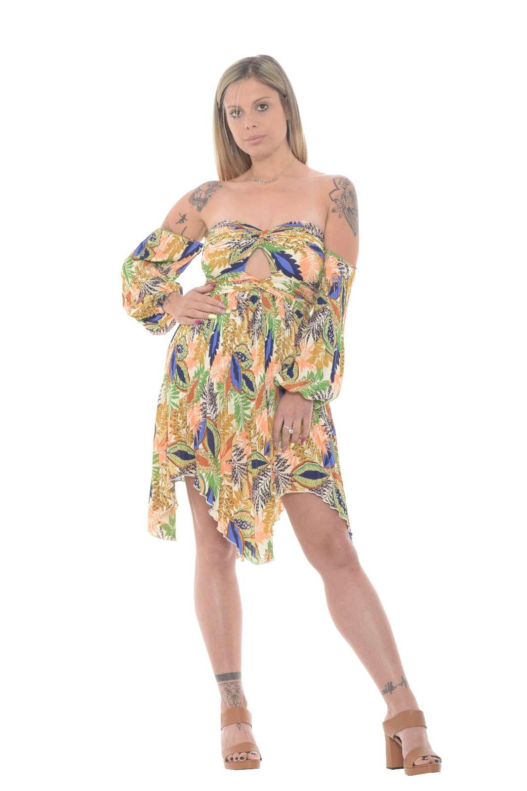 Un abito 100% poliestere quello proposto dalla collezione Glamorous donna. Caratterizzato dalla fantasia floreale e dal taglio corto che lo rendono elegante e femminile. Da abbinare ad un sandalo con tacco o un décolleté è un must have dell'estate.