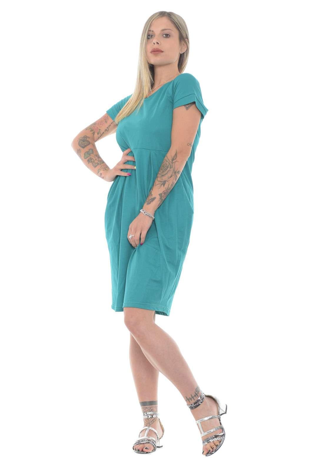 Semplice e basic, questo vestito firmato Simona, perfetto per le tue giornate estive più informali. Da abbinare a zeppe o sandali, per un look tipicamente estivo9, garantirà stile e freschezza.