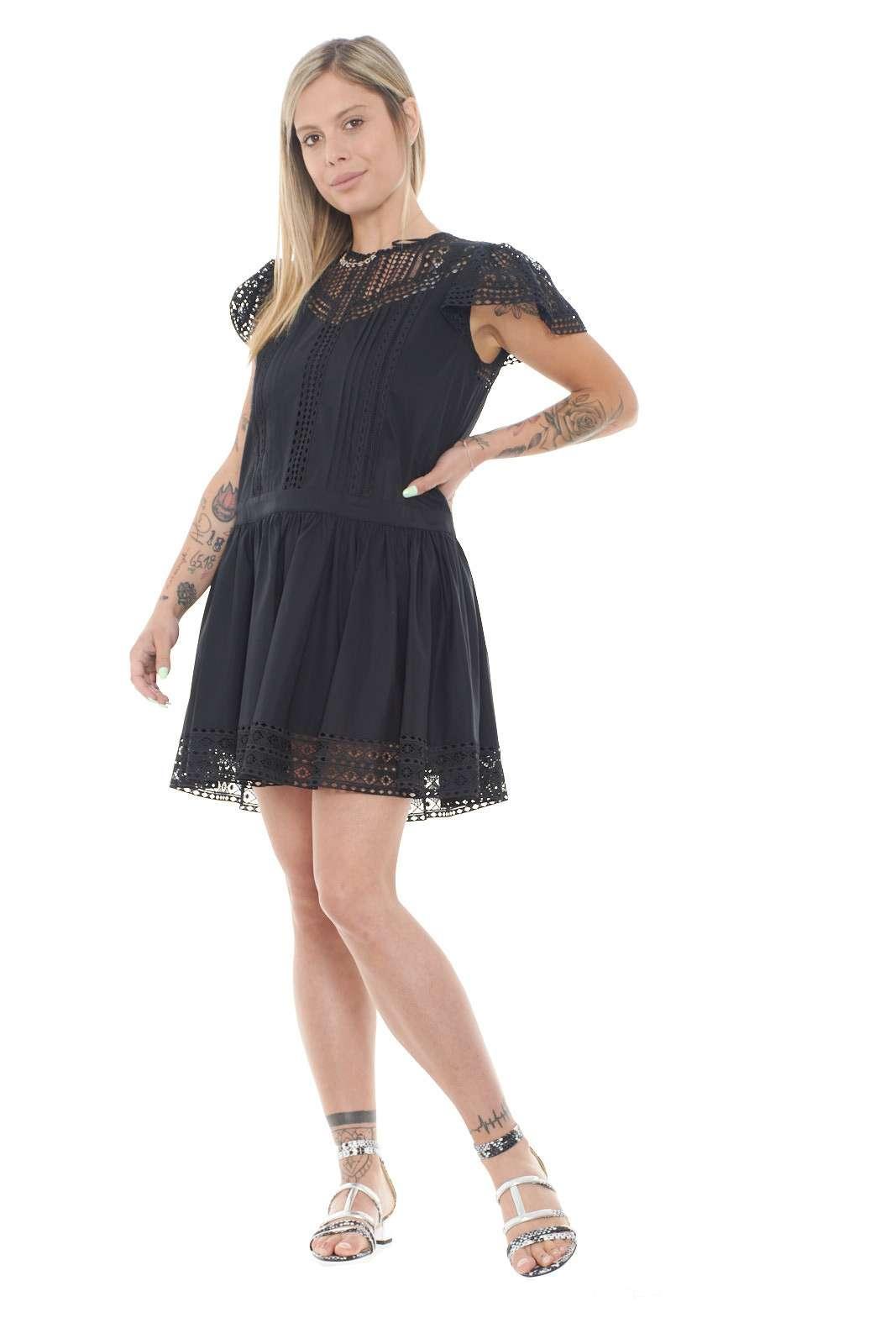 Un gioco di vedo-non vedo, per questo abito firmato TwinSet, dato dai dettagli in pizzo macramè, che regalano semitrasparenze mai eccessive. Morbido e delicato indosso, grazie al popeline di cotone, sarà facile da abbinare ad accessori luminosi e colorati, per un'aspetto mai banale.