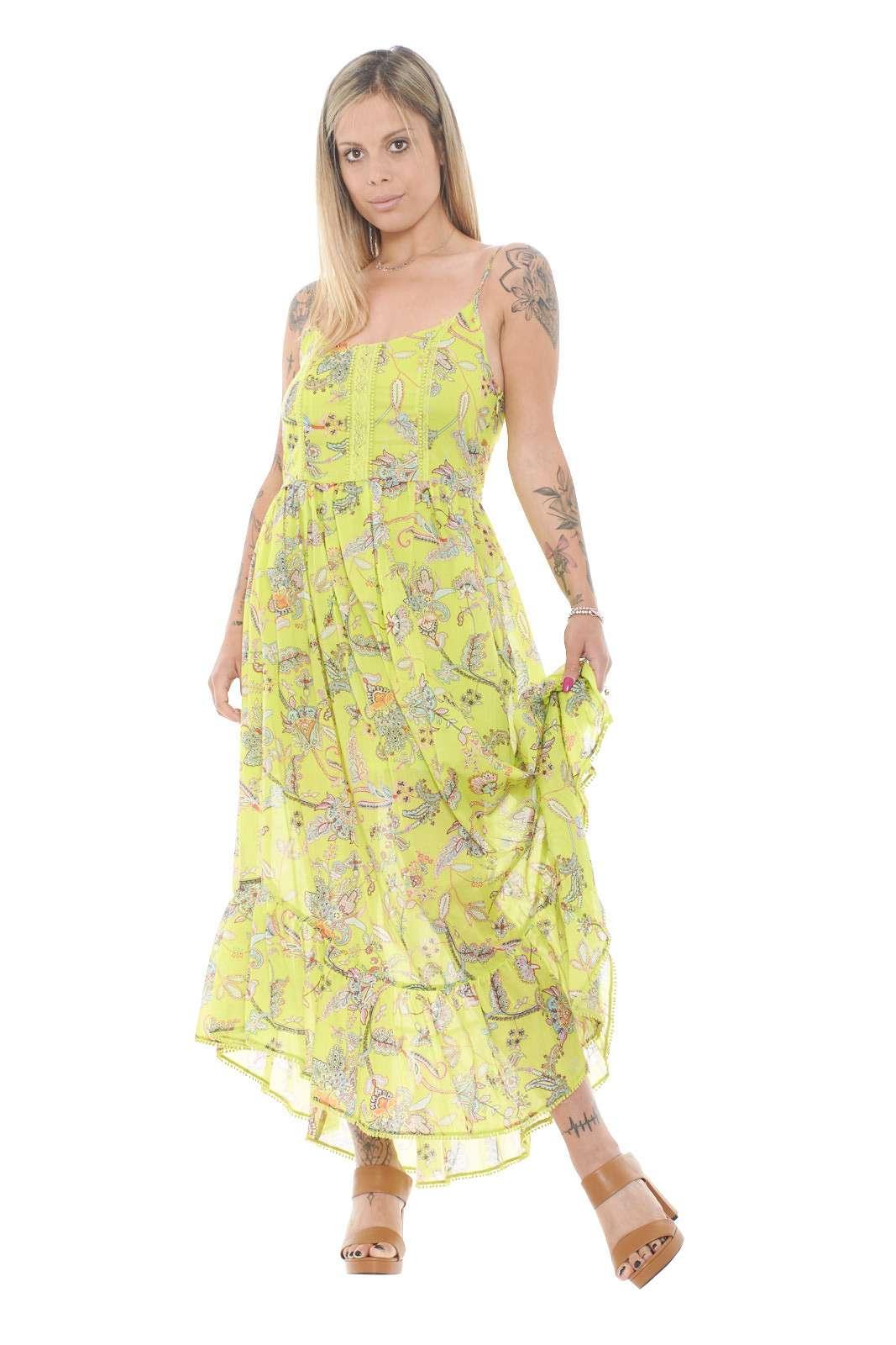 Un'abito dall'eleganza assoluta quello firmato Twinset. Caratterizzato dalla fantasia floreale e dalla trasparenza sul fondo che lo rende molto femminile. Abbinato ad un tacco alto renderà il tuo outfit perfetto.