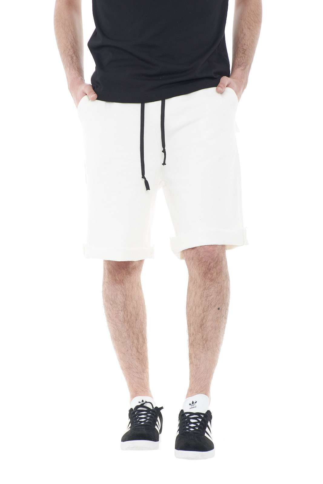 Un bermuda da uomo in felpa quello firmato Adriano Langella. Comodo e di lunghezza sotto al ginocchio, per l'uomo che vuole far risaltare il suo stile sportivo. Abbinata ad una t shirt è un evergreen.