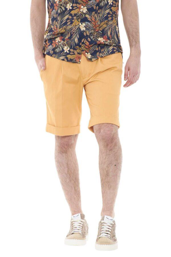 Un bermuda in gabardina quello proposto dalla collezione Michael Coal. Elegante e stiloso, perfetto se accompagnato ad una camicia, che renderà il tuo outfit più chic.