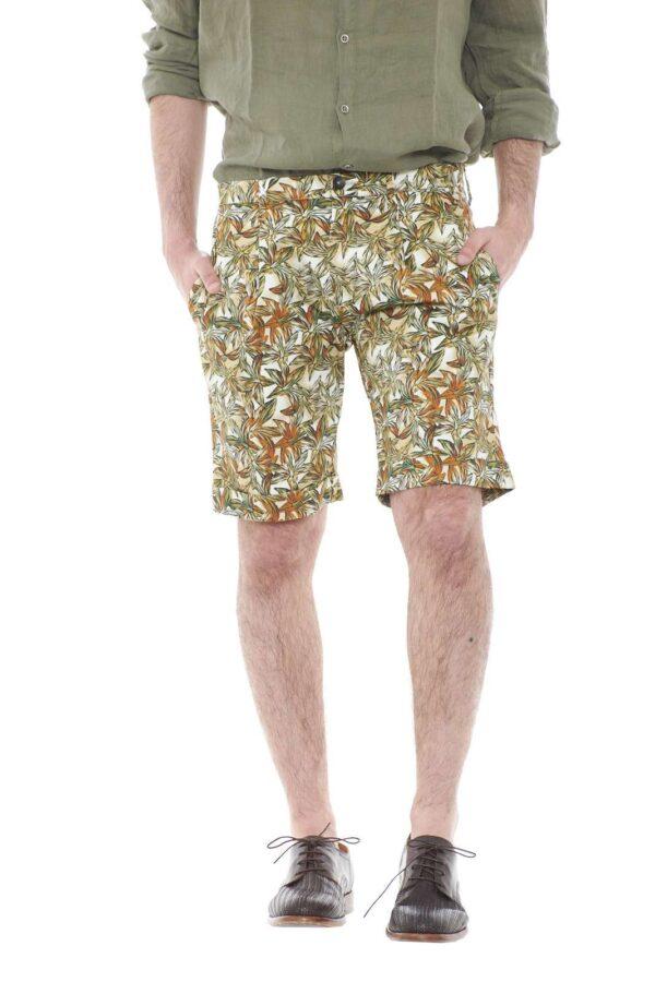 Scopri i nuovi bermuda della collezione Michael Coal. Molto particolari, caratterizzati dalla fantasia floreale che li rende unici. Perfetti da indossare con una camicia e una sneakers.