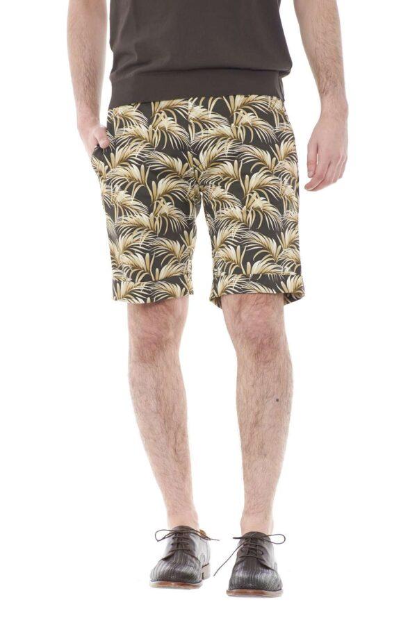 Un bermuda stiloso quello proposta dalla collezione primavera estate di Michael Coal. Da indossare sia con una t shirt che con una camicia, per rendere il proprio look unico.