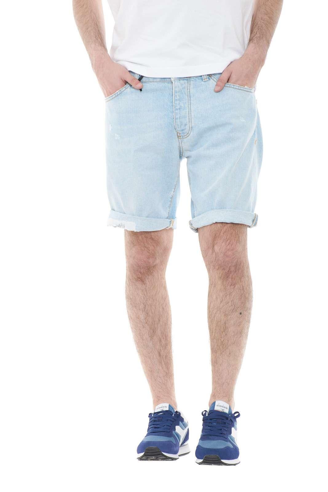 Un bermuda di jeans fashion e giovanile, il modello CHRIS1165 di MC Denimerie. Perfetto per outfit moderni e attuali, dal tocco urban e contemporaneo. Da indossare con t shirt e sneaker, per uno stile sempre all'avanguardia.