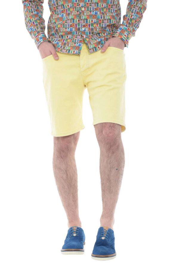Un bermuda dal colore acceso e vivace, per un tocco di stile ai tuoi outfit estivi. Il modello JACK2473, ti consentirà abbinamenti casual e versatili, con sneaker e t shirt, per un aspetto semplice e curato.