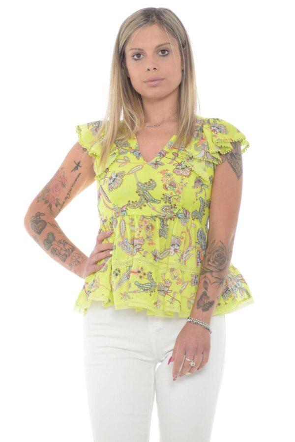 Una blusa con fantasia a fiore indiano quella firmata Twinset. Femminile e alla moda, per la donna che vuole creare tendenze.