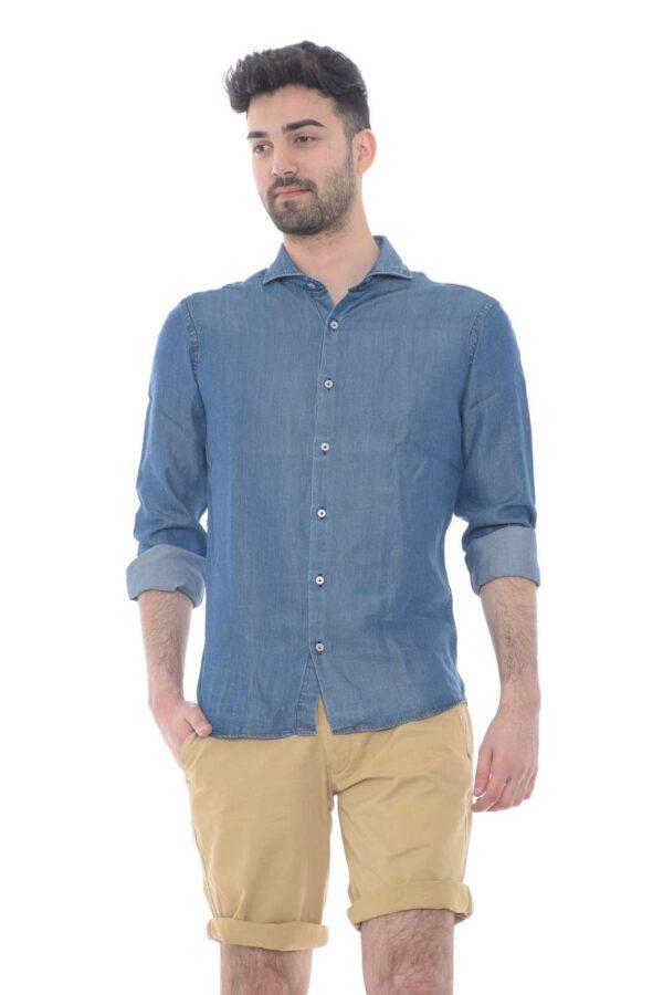 Una camicia pensata per le tue giornate più casual. Potrai indossarla con bermuda e mocassini, per outfit tipicamente estivi, ma anche con dei pantaloni, per un look più formale. Una garanzia di versatilità.