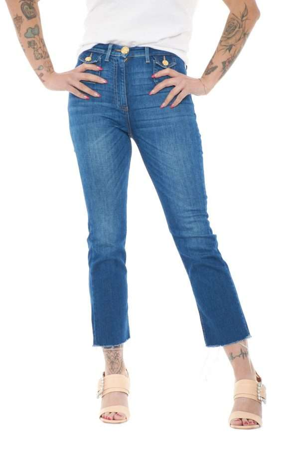 Un jeans glamour, elegante e raffinato, perfetto per la donna che ama apparire impeccabile in ogni evenienza. Modello mini flare, si presenta aderente lungo la gamba e leggermente svasato sul fondo, con anche dei dettagli sfrangiati, per aggiungere un tocco ancora più fashion. Per i tuoi outfit più esclusivi.
