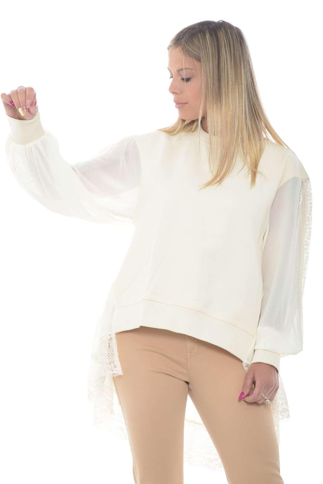 Una felpa dalla vestibilità morbida quella proposta dalla collezione Twinset. Femminile e versatile, per la donna che va alla ricerca di outfit sempre diversi e alla moda. Perfetta se abbinate ad un pantalone o un jeans.