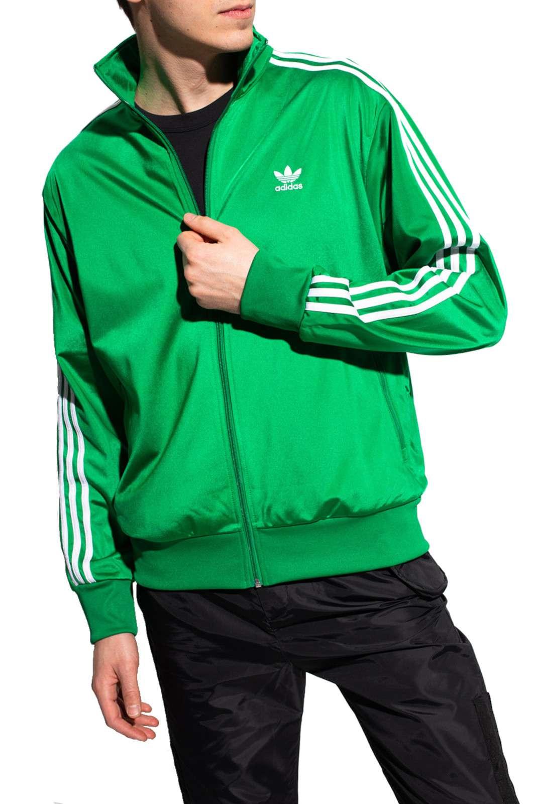 Un classico per l'uomo sportivo, TRACK JACKET FIREBIRD di Adidas, icona di stile per i tuoi outfit metropolitani. Realizzata in tricot, con poliestere riciclato, assicurerà comfort e leggerezza in ogni evenienza.