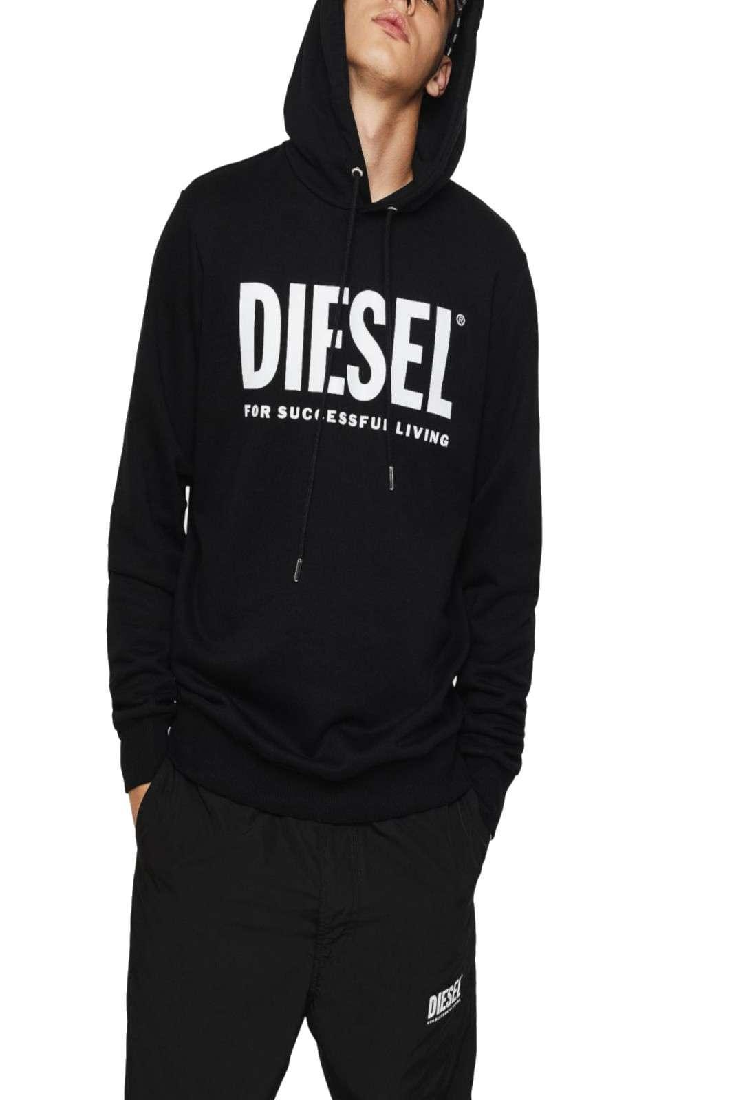 Casual e comoda, la felpa Diesel DIVISION LOGO, perfetta per i tuoi outfit più versatili. Ideale per le evenienze più informali, dove abbinata ad un jeans e un paio di sneakers, creerà un outfit contemporaneo e trendy.