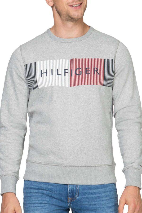 Una felpa girocollo unica nel suo genere, firmata Tommy Hilfiger. Perfetta da indossare per look casual abbinandola ad un jeans e una sneakers.