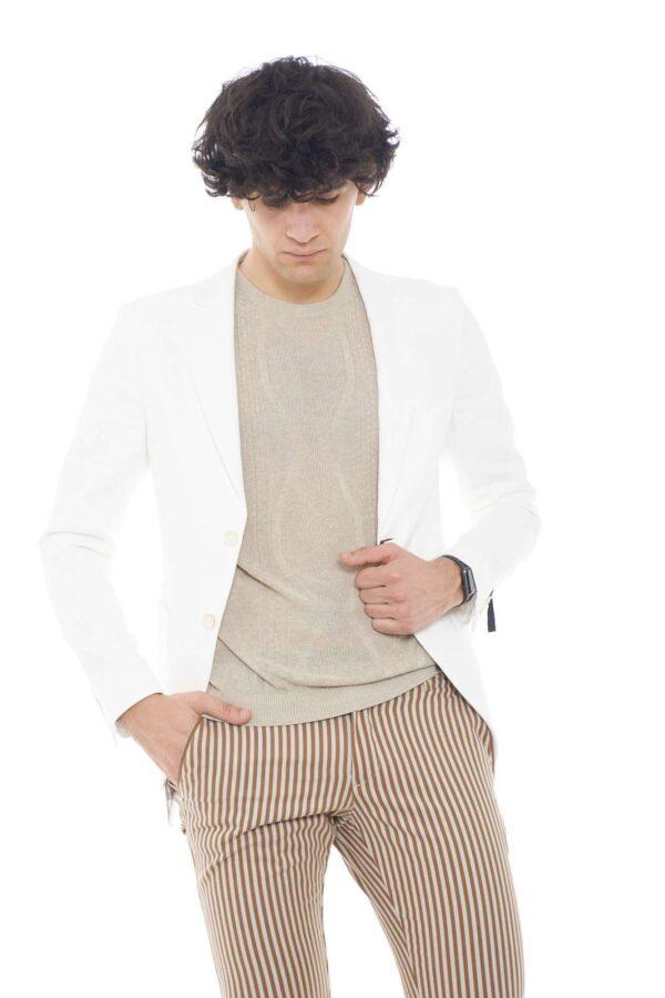 Una giacca elegante quella proposta da Gazzarrini. Ideale da indossare nelle occasioni più importanti come cerimonie o eventi speciali. Abbinata ad una camicia e un pantalone renderà il tuo look unico.