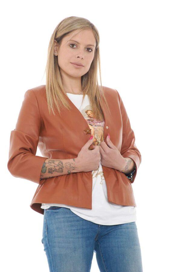 Un capo prezioso e glamour la giacca in pelle proposta dalla collezione Elisabetta Franchi. Da indossare con i look più fashion si impone con il suo scollo e la rouches sul fondo. La chiusura con bottoni stelle rende il tutto unico ed irresistibile.