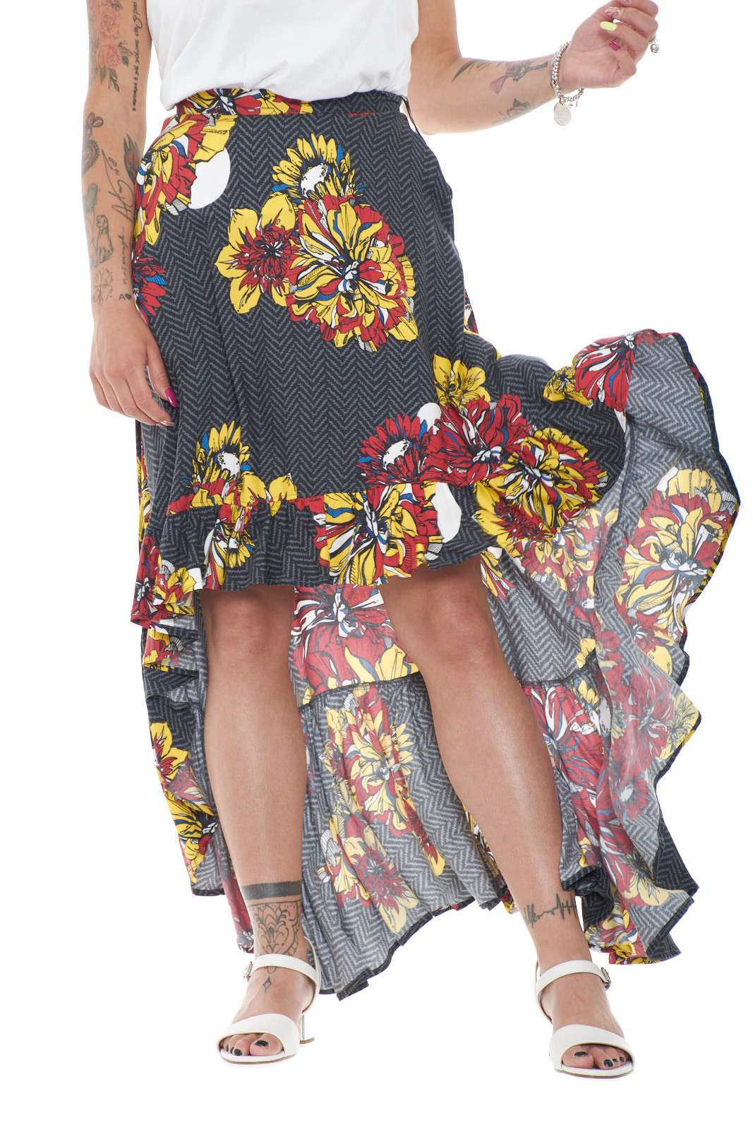 Una gonna femminile e all'avanguardia, proposta da i'm Isola Marras, per la donna che ama sorprendere e variare look. Corta sul davanti, e più lunga dietro, viene impreziosita anche da balze applicate, e una vivace fantasia floreale, per un tocco fashion e unico a qualsiasi outfit.