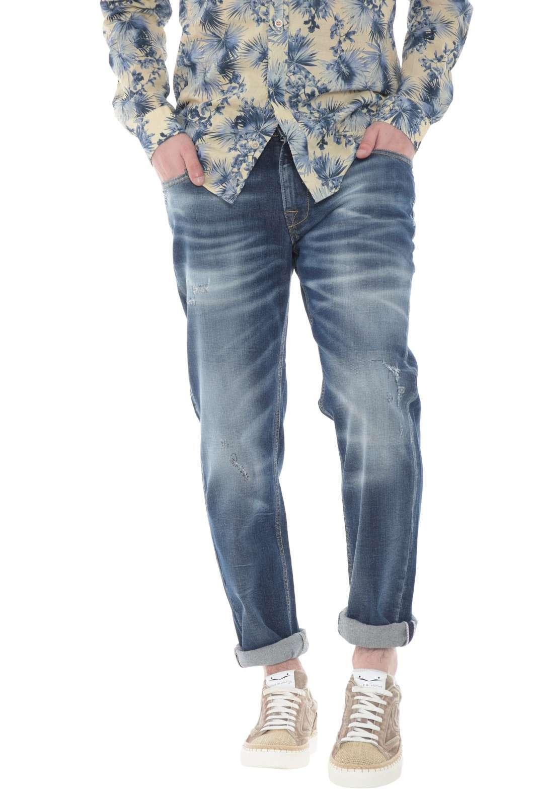 Un jeans effetto used quello firmato Luca Bertelli. Comodo e alla moda, per l'uomo che è sempre alla ricerca dell'outfit migliore. Da abbinare ad una t shirt o una camicia è il massimo.