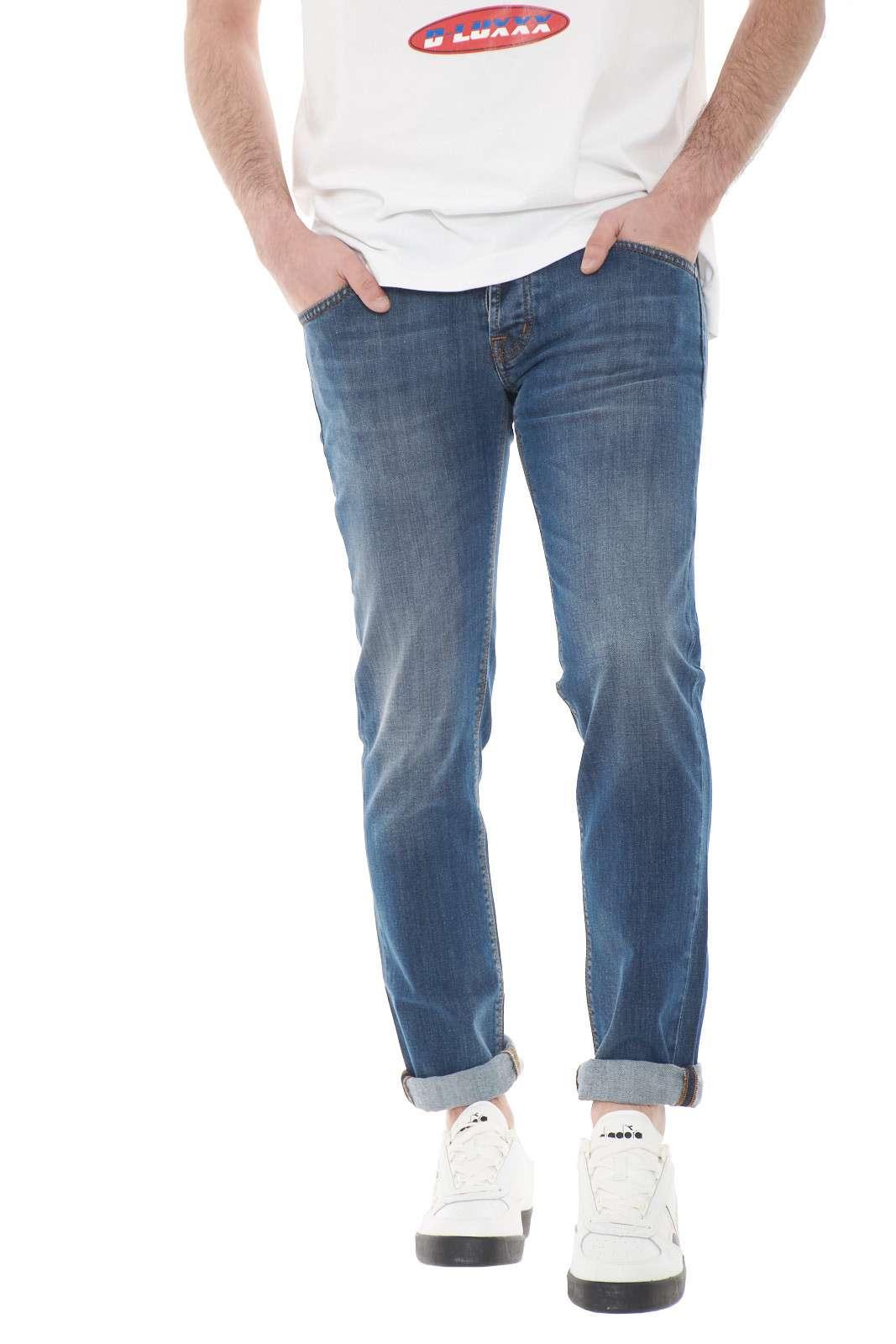 Un jeans classico firmato Michael Coal. Da indossare nei giorni lavorativi o nel tempo libero. Perfetto se abbinato ad una t shirt o una camicia.