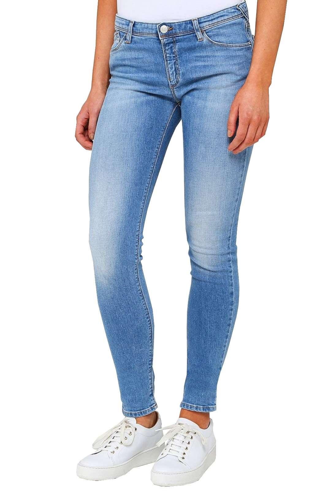 Un jeans skinny quello proposto dalla collezione Armani. Da indossare nel tempo libero o nelle uscite con gli amici. Abbinato sia ad un tacco alto che ad una sneakers è un must have.