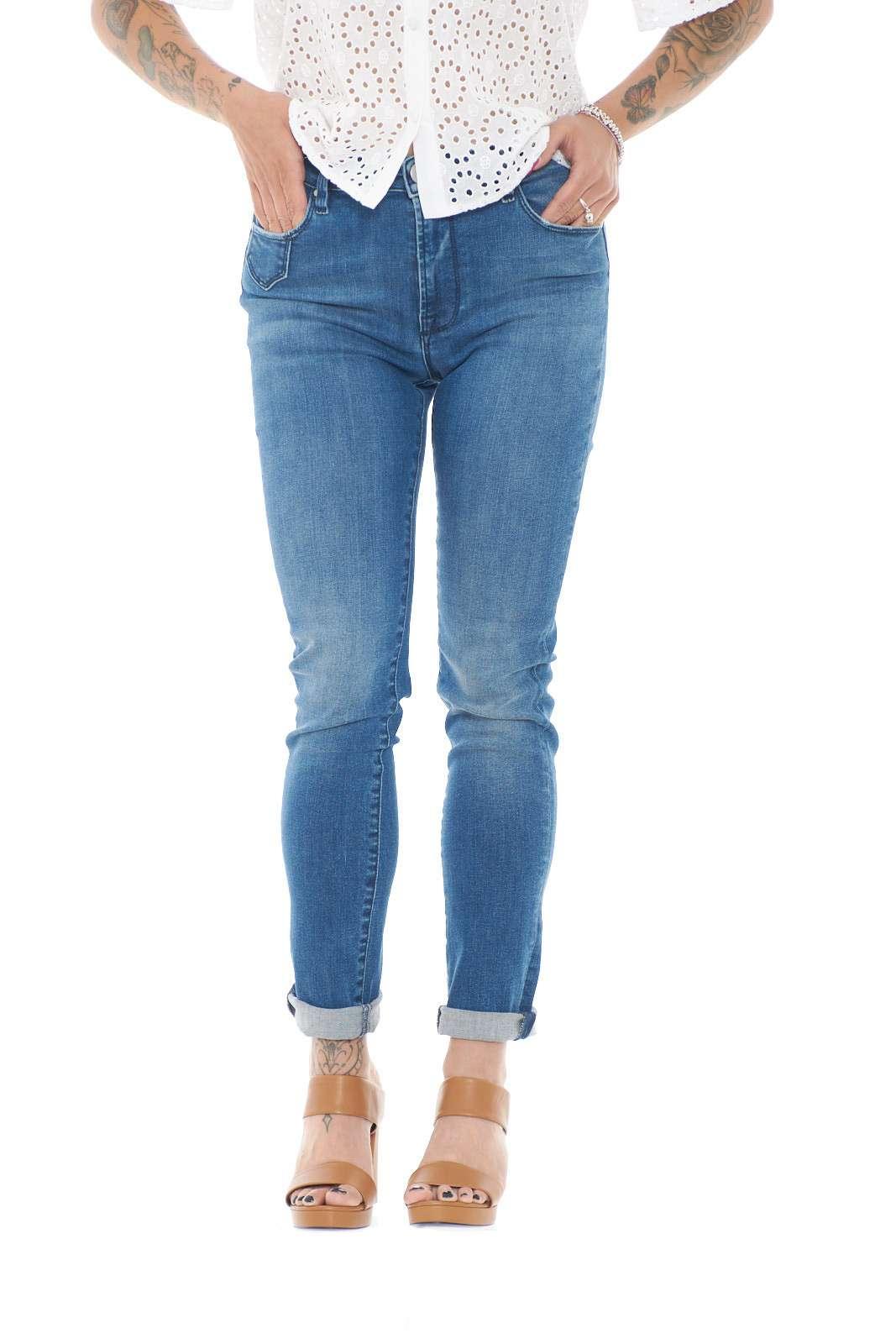 Un jeans modello skinny quello firmato Gems da donna. Iconico e sempre alla moda, per la donna che vuole far risaltare il suo stile. Perfetto da abbinare con outfit versatili.