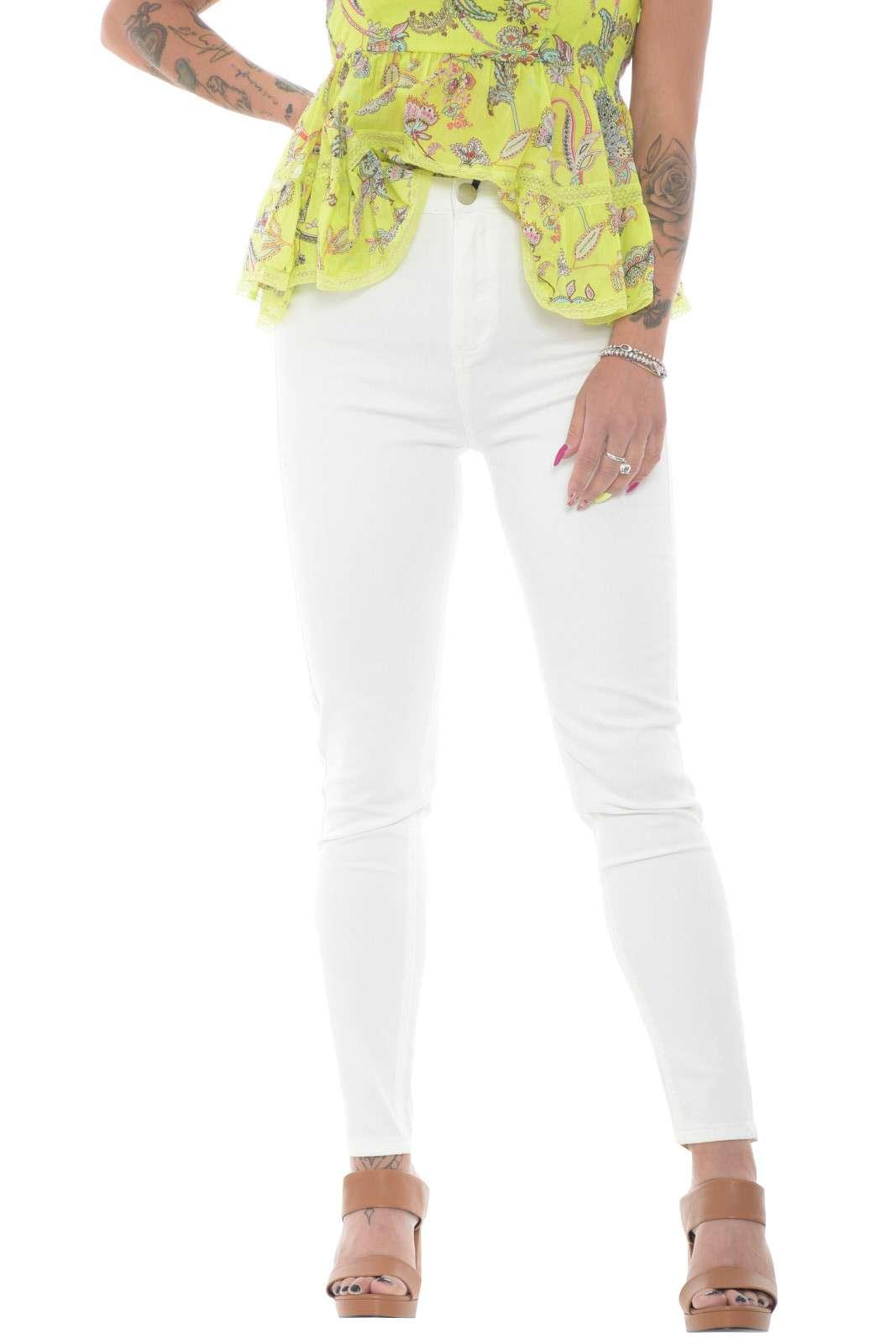 Un jeans dal look quotidiano, casual e pratico, firmato Glamorous. Perfetto per la tua routine, garantirà stile con ogni abbinamento, grazie anche alla vestibilità skinny, che aggiunge un tocco moderno e attuale.