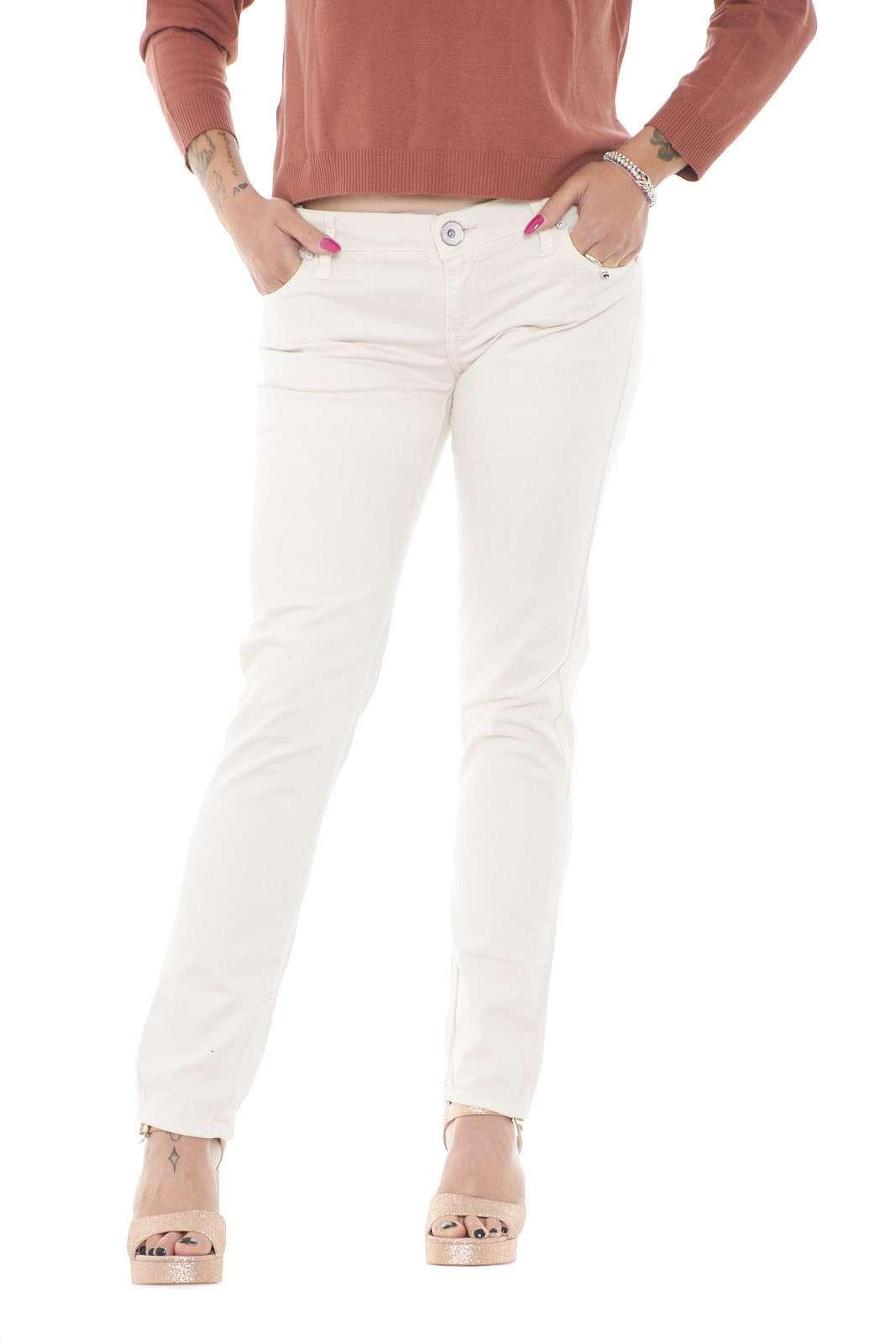 Un jeans semplice, che non ha bisogno di molte decorazioni, per risultare, pratico e versatile. Guess propone un modello in un colore pastello molto chiaro, per facilitare abbinamenti trendy e tipicamente estivi.