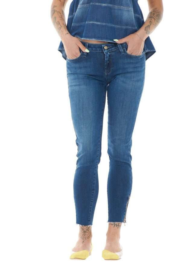 Un jeans perfetto per i tuoi outfit più glamour, il Roy Roger's VESTA. La vestibilità stretch, fa risaltare la silhouette, per un tocco di stile, il tutto accentuato da un dettaglio unico, delle cerniere sul fondo gamba, per un cambio look istantaneo. Per la donna che ama un'aspetto sempre di tendenza.
