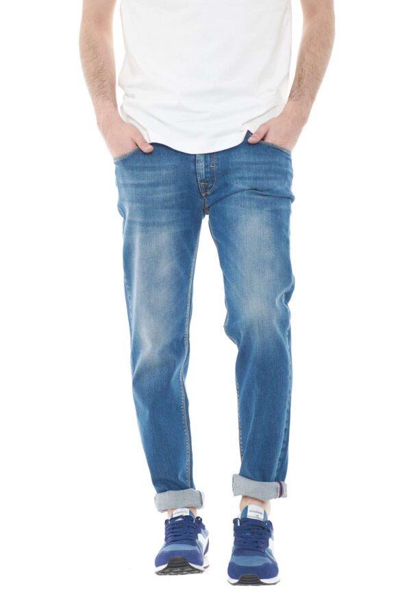 Un jeans pensato per tutti i giorni, firmato Luca Bertelli. Perfetto per outfit quotidiani, da sfoggiare al lavoro, o per le uscite informali, dove con un semplice t shirt, garantirà stile e cura.