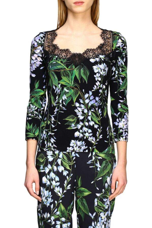 Una maglia in pizzo quella proposta dalla collezione Blumarine. Caratterizzata dai dettagli in pizzo sul collo e dalla fantasia floreale, la rendono unica. Da abbinare ad un pantalone e ad un décolleté è un must have.