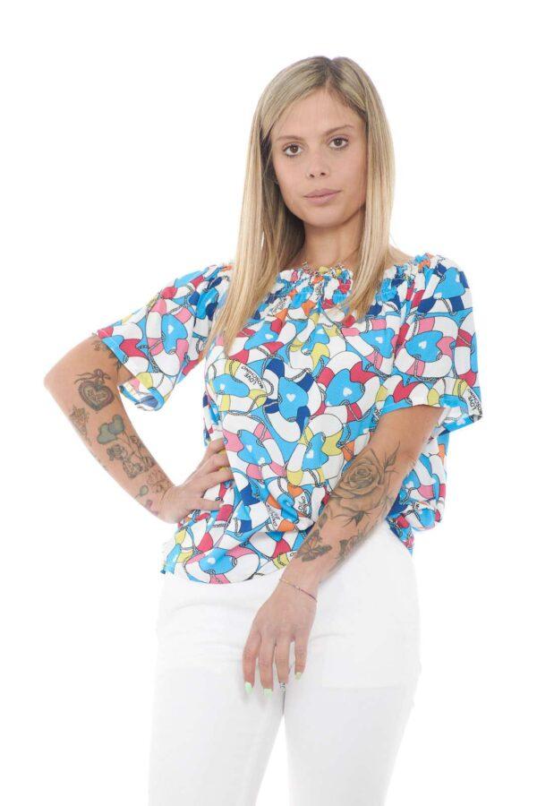 Semplice e colorata, la blusa firmata Love Moschino. Ideale per outfit estivi freschi e fashion, dove potrai abbinare quello che vorrai, per risultati sempre al passo con la moda. Un capo per la donna che ama look chic e glamour.